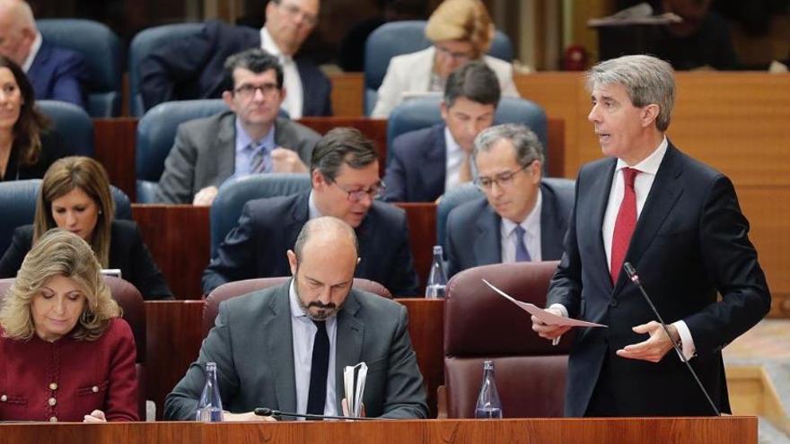 Ángel Garrido y, a la izquierda, el nuevo presidente en funciones, Pedro Rollán. / Comunidad de Madrid