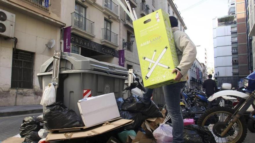 Unas 600 toneladas de basura acumulada en Alicante en el tercer día de huelga