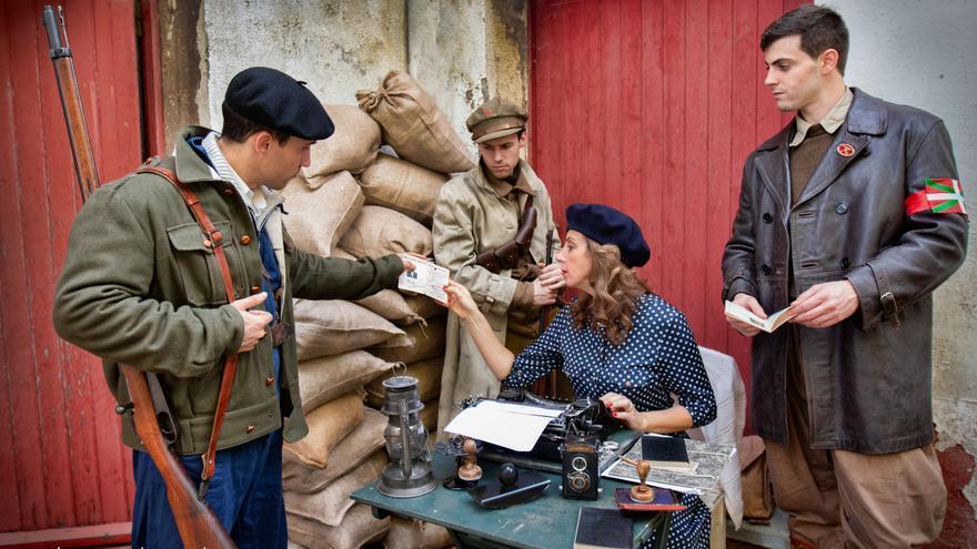 La corresponsal de guerra aprovecha el descanso para pasar a máquina sus notas mientras los vascos le muestran diversos documentos personales (fotografía Alma & You Photography)