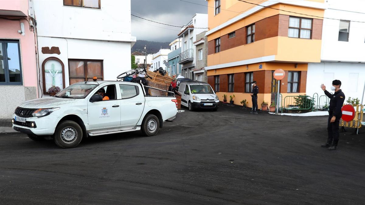 Las autoridades han ordenado la evacuación de diversas zonas de Los Llanos de Aridane ante la previsión de avance de la colada de lava que discurre más al noroeste. EFE/ Elvira Urquijo A.