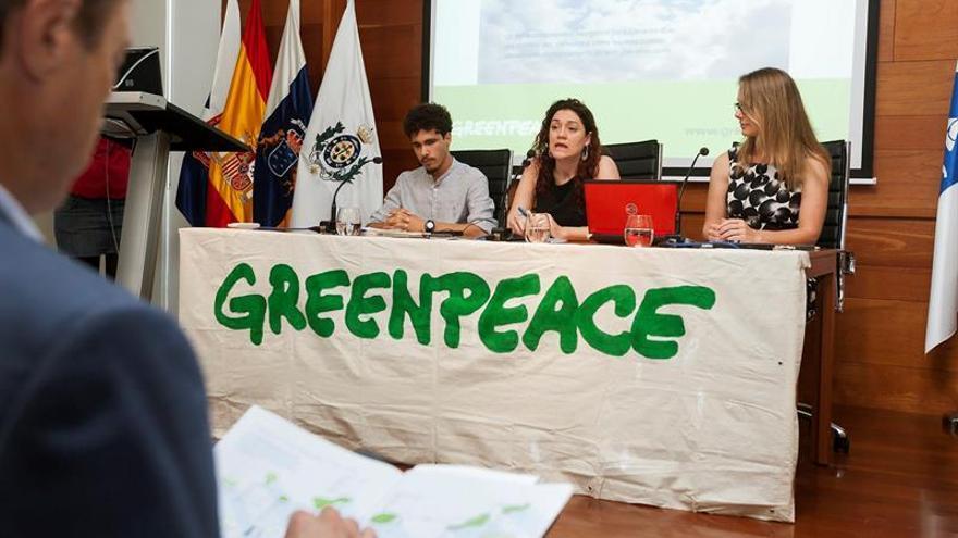 """Azarug Justel (i), seleccionado por Greenpeace para participar en la Cumbre del Cambio Climático de las Naciones Unidas; Marina Bevacua (c), responsable de Energía de Greenpeace España, y Emmily Rochon (d), Director of Energy and Environmental Policy at Boston Community Capital; en la presentación d el informe """"Revolución energética para Canarias""""."""