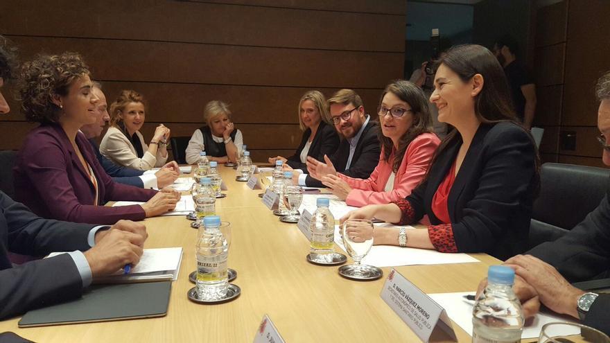 Un momento de la reunión mantenida entre la ministra de Sanidad, Dolors Montserrat, la vicepresidenta valenciana, Mónica Oltra, y la consellera Carmen Montón