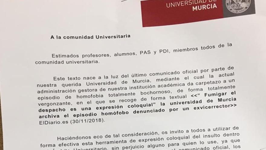 Mensajes de protesta tras archivar el supuesto episodio homófobo denunciado por un exvicerrecto de la UM