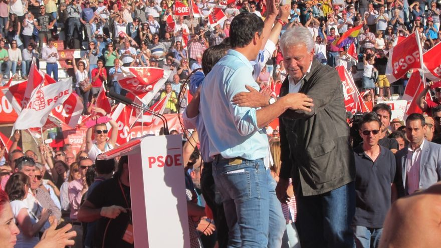 "Felipe González pide a quienes ""adoran"" a Cameron y Tsipras que dejen gobernar a Susana Díaz porque ganó como ellos"