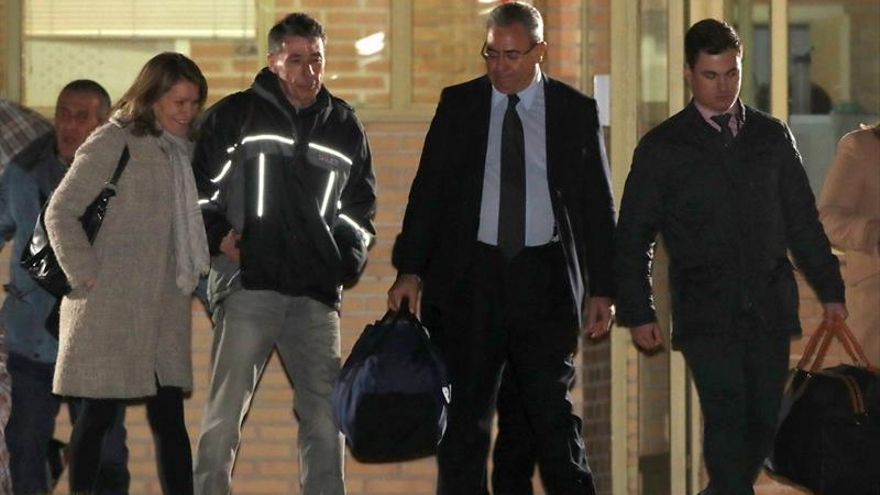 El expresidente de la Comunidad de Madrid Ignacio González (2i), a su salida de la madrileña carcel de Soto del Real.