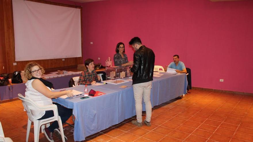 Mesa electoral del colegio de la Plaza de la Quisisana, en Santa Cruz de La Palma. Foto: JOSÉ AYUT.