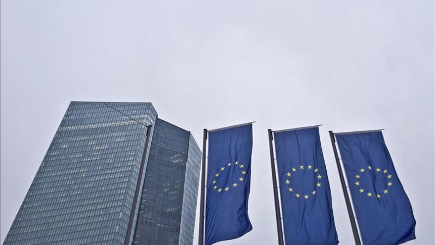 El BCE pide a la banca griega que no aumente su exposición a la deuda pública
