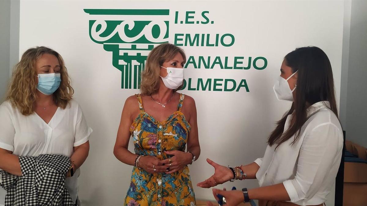 La delegada territorial de Educación y Deporte de la Junta de Andalucía en Córdoba, Inmaculada Troncoso (centro), visita el IES Emilio Canalejo Olmeda de Montilla.