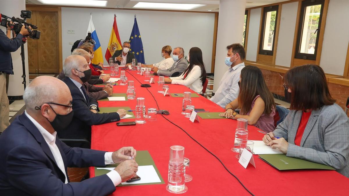 El presidente del Gobierno de Canarias, Ángel Víctor Torres, se reunió este lunes con los portavoces de todos los grupos políticos del Parlamento, las federaciones de islas municipios y las principales sindicatos y patronales para hacer un seguimiento del Plan Reactiva.