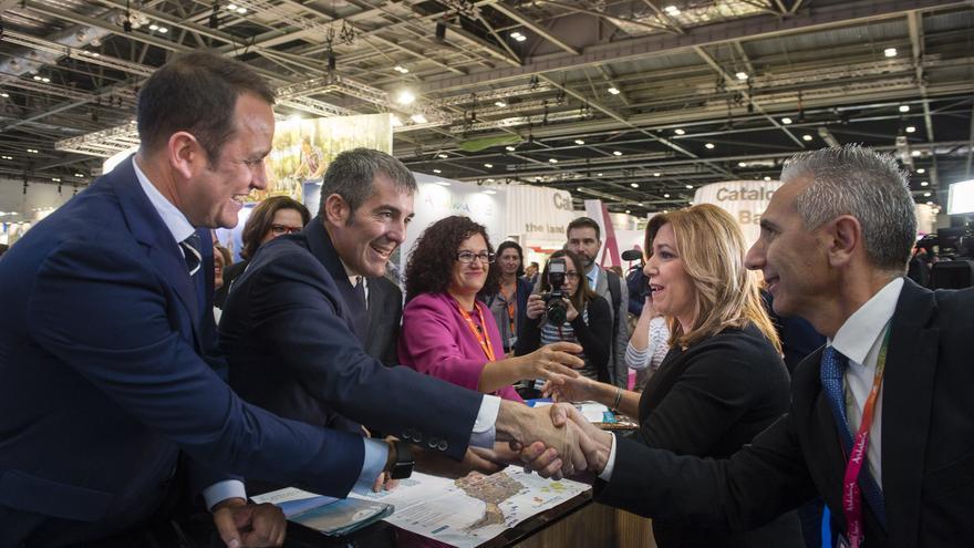 El presidente de Canarias, Fernando Clavijo, saluda en la WTM de Londres a la presidenta andaluza, Susana Díaz