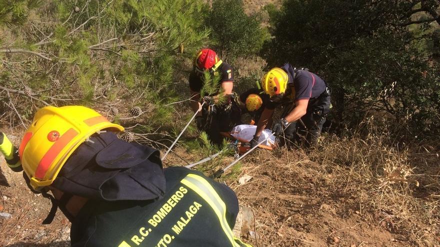 Fallece un motorista de 49 años tras caer por un barranco de la carretera A-7000 de Málaga