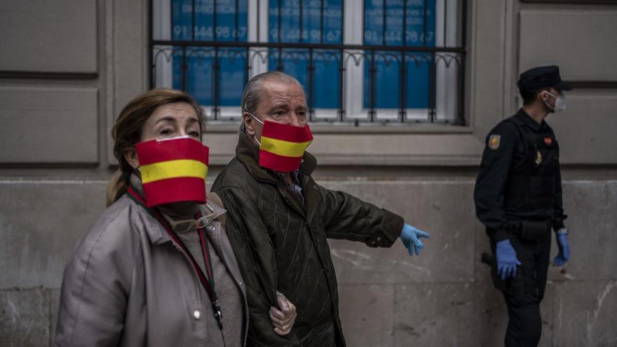 Imagen de archivo de dos manifestantes contra el confinamiento en Madrid (mayo de 2020).