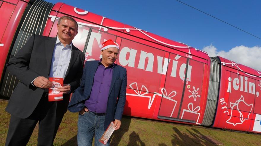 Manuel Ortega (i) y Efraín Medina presentaron este lunes la campaña para promover el uso del tranvía esta Navidad