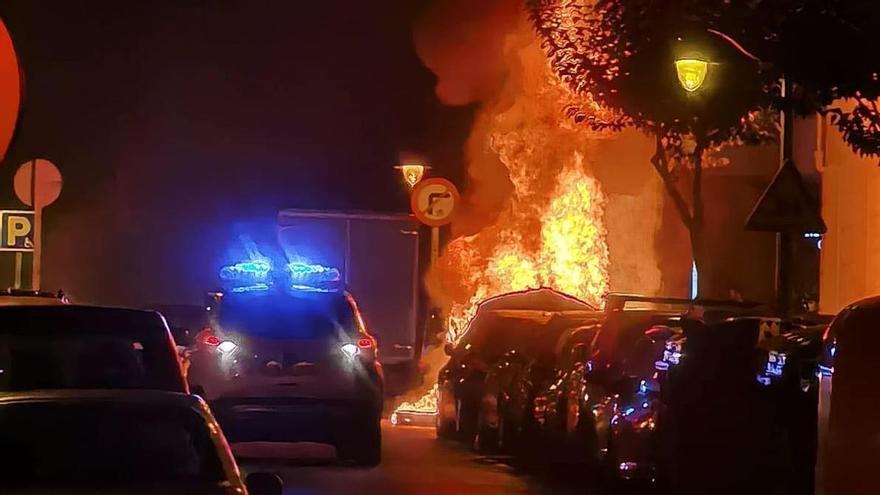 Un contenedor en llamas tras una protesta de negacionistas de la pandemia en Bilbao.
