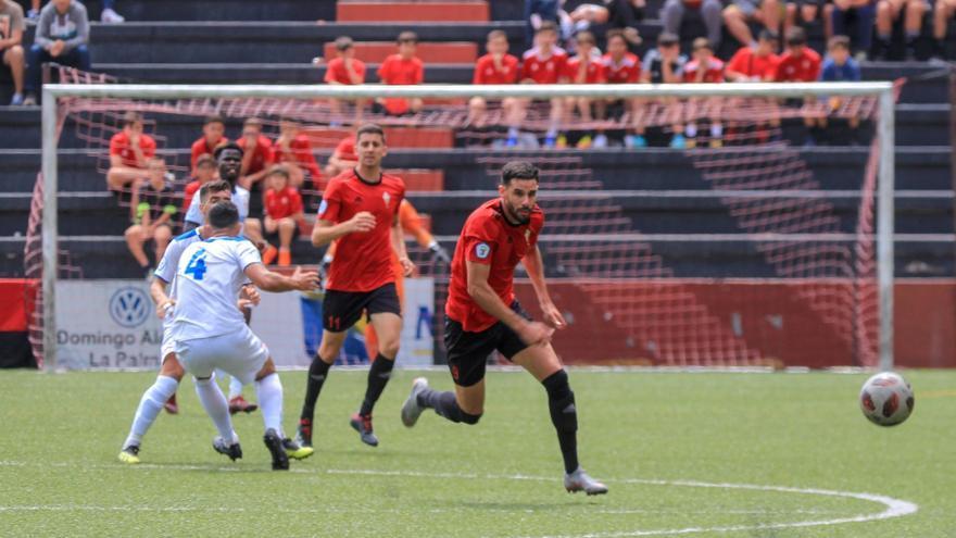 Víctor Rodríguez pelea por un balón en el derbi palmero