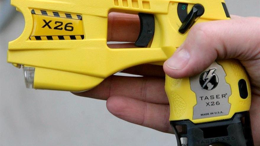 El Síndic sólo acepta pistolas eléctricas si se cumplen los requisitos de la ONU