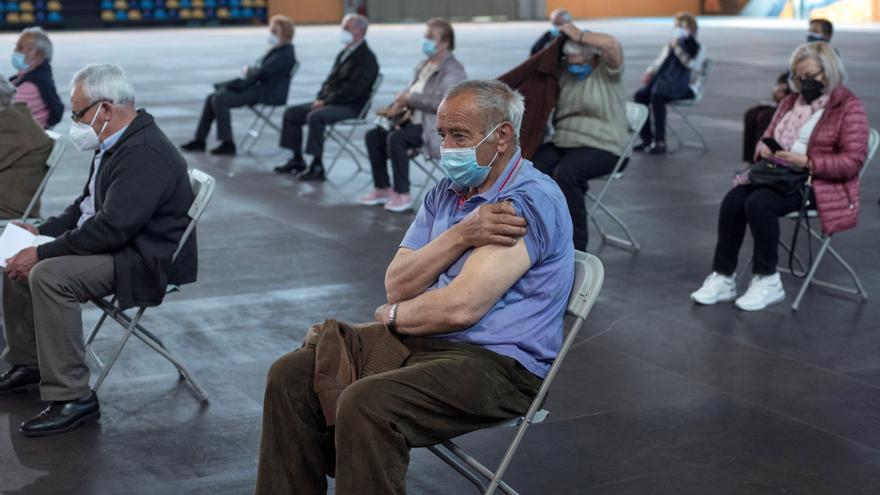 Varias personas esperan unos minutos por si tienen efectos secundarios tras recibir la vacuna de Pfizer durante la campaña de vacunación masiva que se lleva a cabo estos días en el recinto ferial Expourense en Ourense.