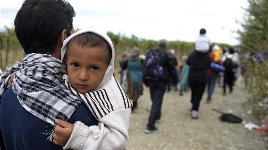 Refugiados cruzando la frontera entre Grecia y Macedonia