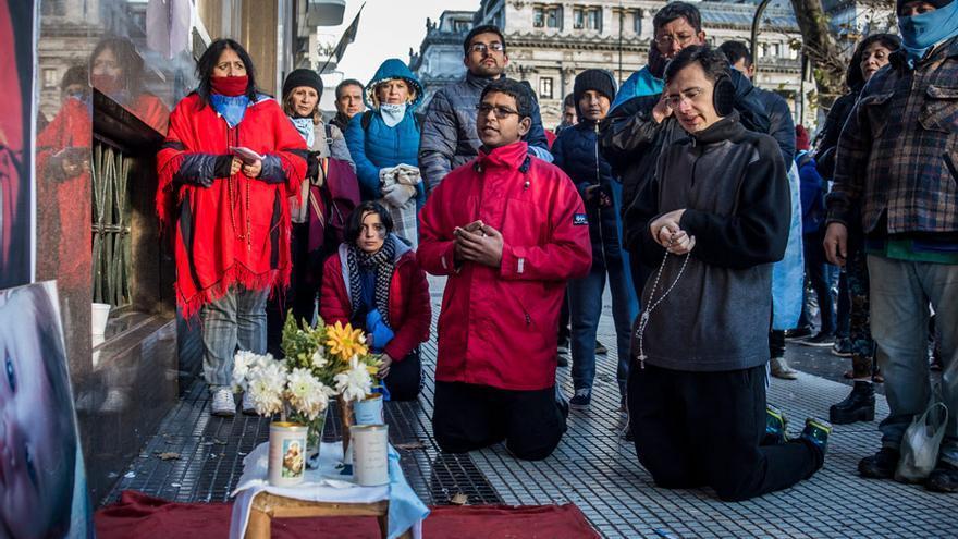 Militantes antiabortistas rezan en Argentina / Alejandra Coronel