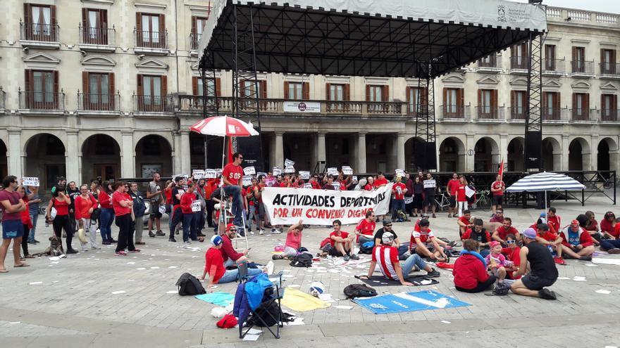 Los trabajadores se reunirán cada mediodía frente al Consistorio para exigir un nuevo convenio.