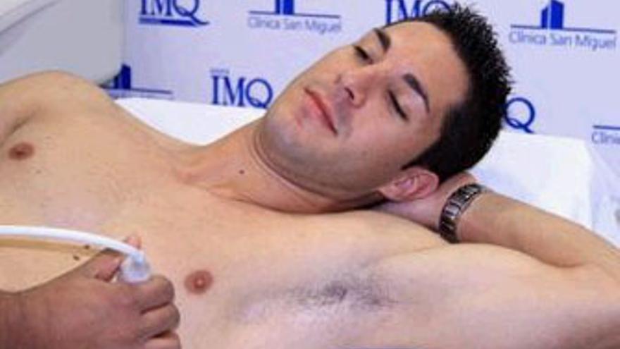 Álvaro Cejudo, en pleno examen médico este lunes en Pamplona. (NAVARRASPORT)