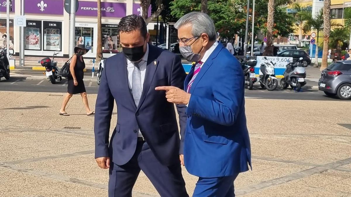 El vicepresidente del Gobierno de Canarias, Román Rodríguez, y el alcalde de Arona, José Julián Mena.