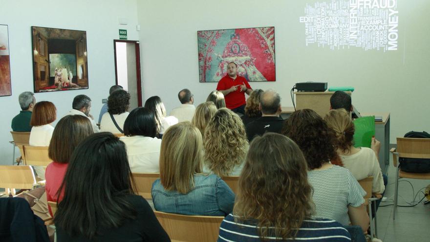El analista de sistemas y redes, Luis Samblás Pena, imparte un taller para los empleados municipales en materia de ciberseguridad.