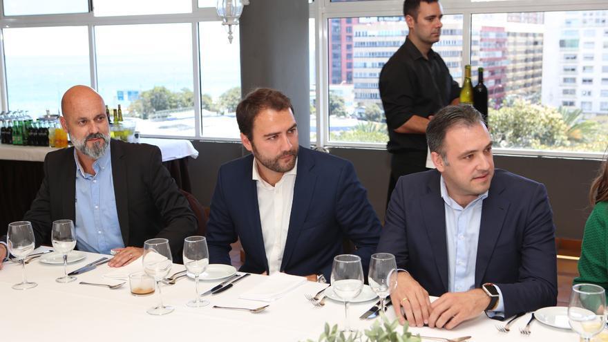 El consejero del PP en el Cabildo de Gran Canaria, Carlos Ester, y el portavoz socialista en el Parlamento de Canarias, Gabriel Corujo.