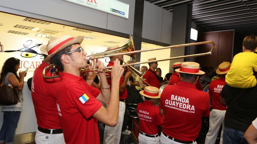 La banda Guayedra en el aeropuerto de Gran Canaria.