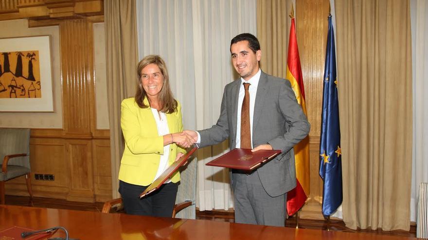 Ana Mato y Borja Pérez tras la firma del convenio.