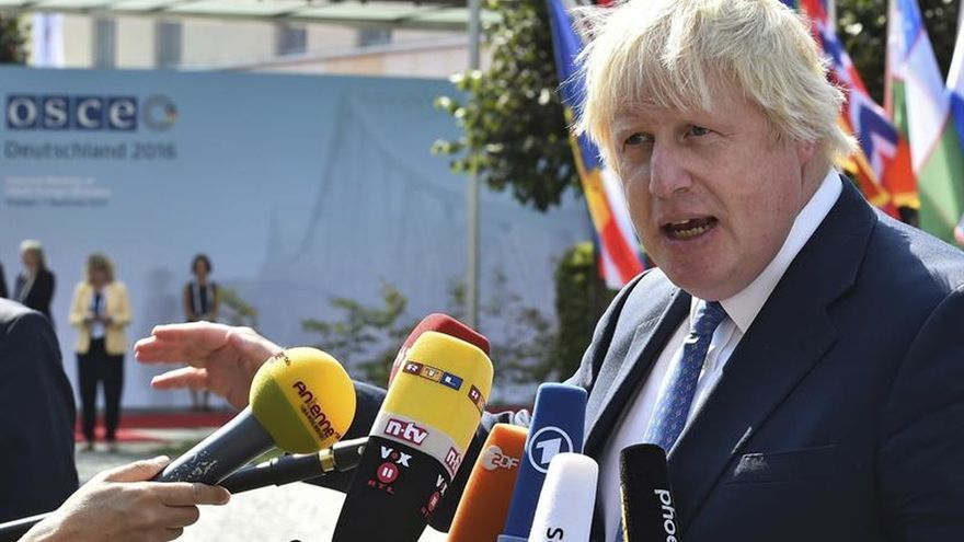 "Boris Johnson urge a May a no ""eternizar"" inicio negociaciones del ""brexit"""