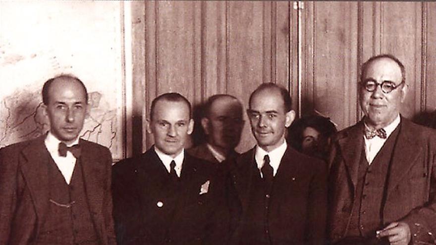 Emili Darder junto con el general Manuel Goded, inaugurando el comedor de una escuela durante la Segunda República