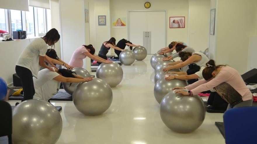 Mujeres embarazadas haciendo pilates.