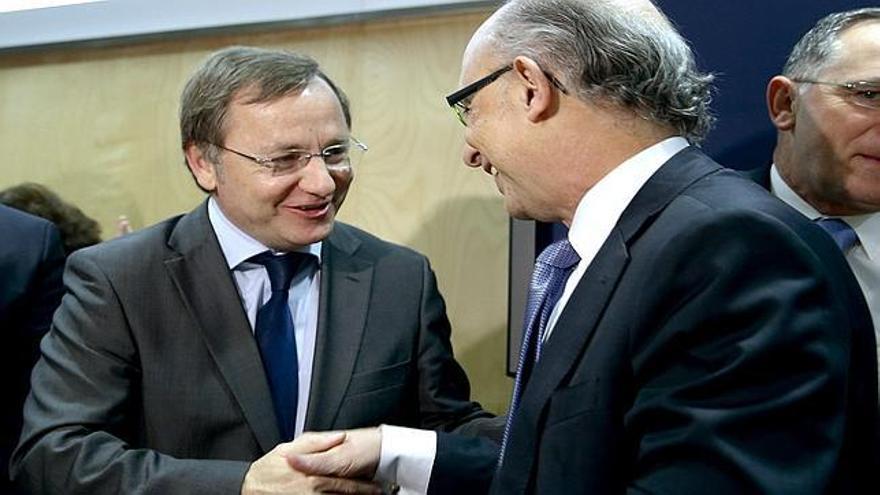 El conseller de Hacienda, Juan Carlos Moragues, con el ministro de Hacienda, Cristóbal Montoro.