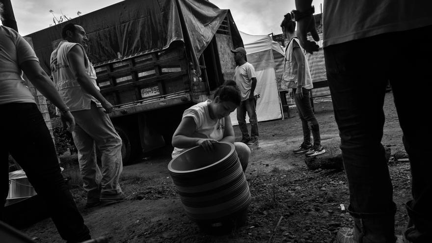 Equipos de Médicos Sin Fronteras (MSF) preparan la distribución de kits de higiene y utensilios de cocina para las 52 familias que se encuentran en el refugio de Alto de Portete en Muisne, provincia de Esmeraldas. Fotografía: Albert Masias/MSF