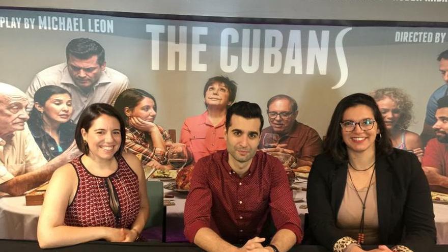 """El autor de la obra """"The Cubans"""" (Los cubanos), el dramaturgo cubano-estadounidense Michael León (c); la directora Victoria Collado (d), y la actriz Ashley Álvarez (i) posan para Efe este 20 de enero de 2020, durante una entrevista en Miami, Florida (EE.UU.)."""