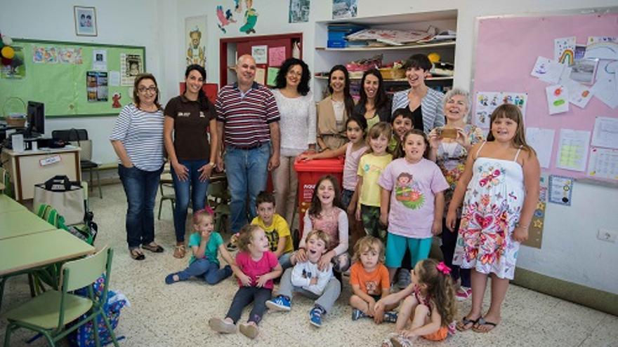 En la imagen, Nieves Rosa Arroyo con parte de la comunidad educativa.