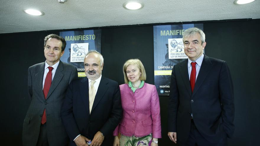 """Economistas, escritores y juristas promueven una reforma institucional """"imprescindible"""" para superar la crisis económica"""