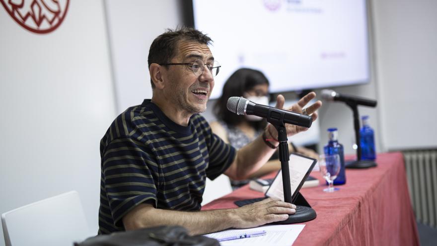 La responsable de Estudios de Género de Podemos, Alba González (d), y el director de la Fundación Instituto 25M Democracia, Juan Carlos Monedero (i), participan en una mesa de debate, a 21 de julio de 2021, en San Lorenzo de El Escorial, Madrid (España).