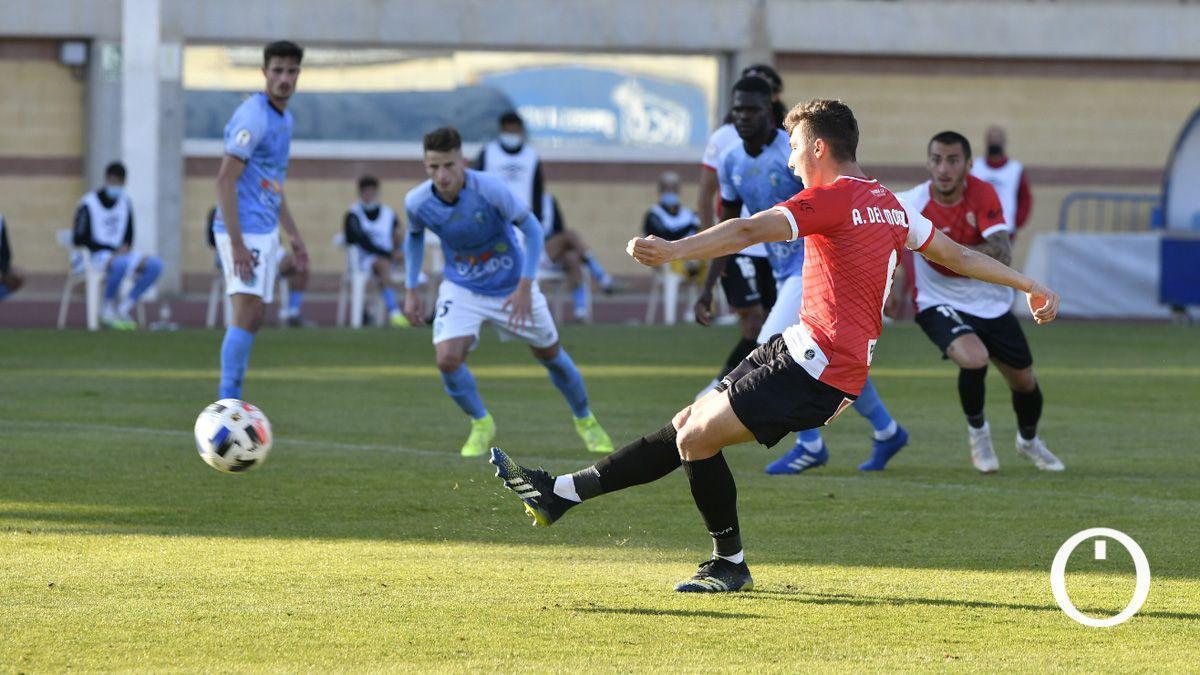 Alberto del Moral lanza el penalti en El Ejido.