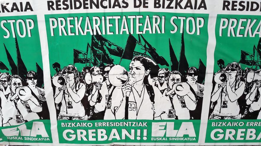 Las huelguistas tiñen la zona festiva de El Arenal de verde con las pancartas y sus camisetas reivindicativas.