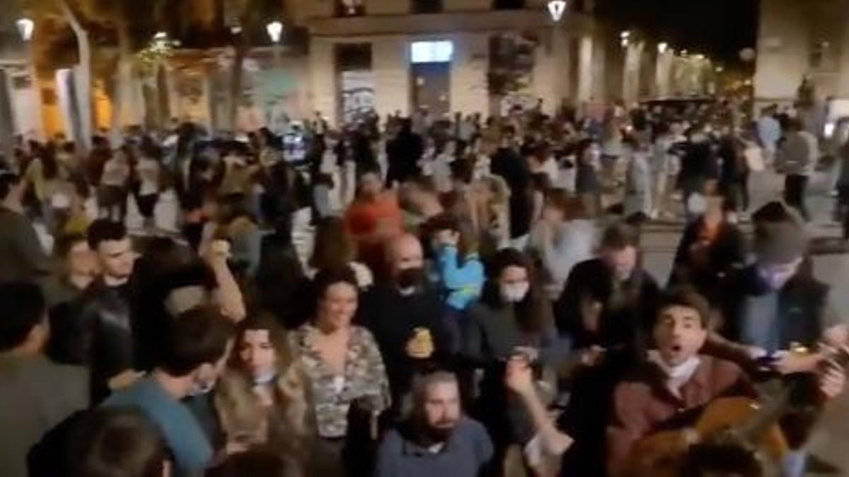 Fiesta multitudinaria en Barcelona tras el fin del estado de alarma