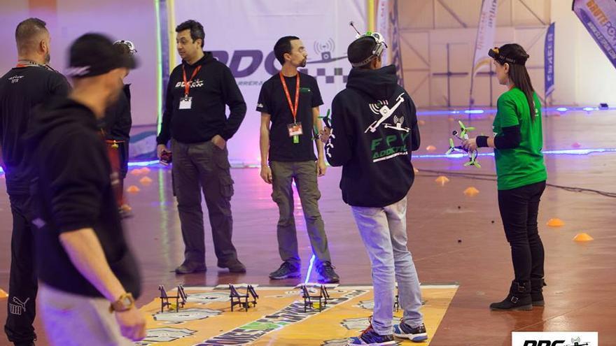 Los pilotos preparados para la competición en la Mollerusa Drone Party