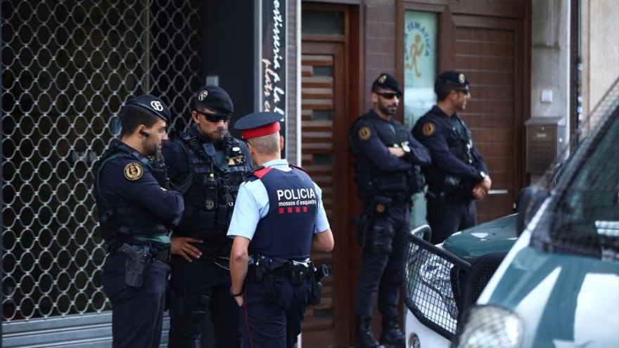 Agentes de la Guardia Civil durante el registro de un domicilio en Sabadell (Barcelona) uno de los registros que se están realizando en varias localidades catalanas en una operación ordenada por el Juzgado Central de Instrucción número 6 de la Audiencia Nacional contra un grupo de independentistas vinculados con los Comités de Defensa de la República (CDR), que, según informan a Efe fuentes de la investigación, planeaban acciones violentas y en la que han sido detenidas nueve personas.