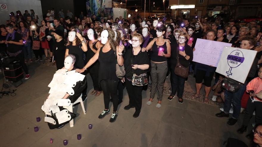 Concentración en Vecindario por la 'Noche Violeta'.
