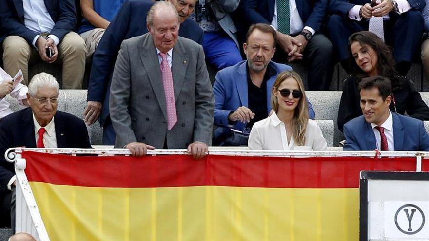 El rey Juan Carlos recibe el brindis del diestro peruano Andrés Roca Rey en las Ventas.