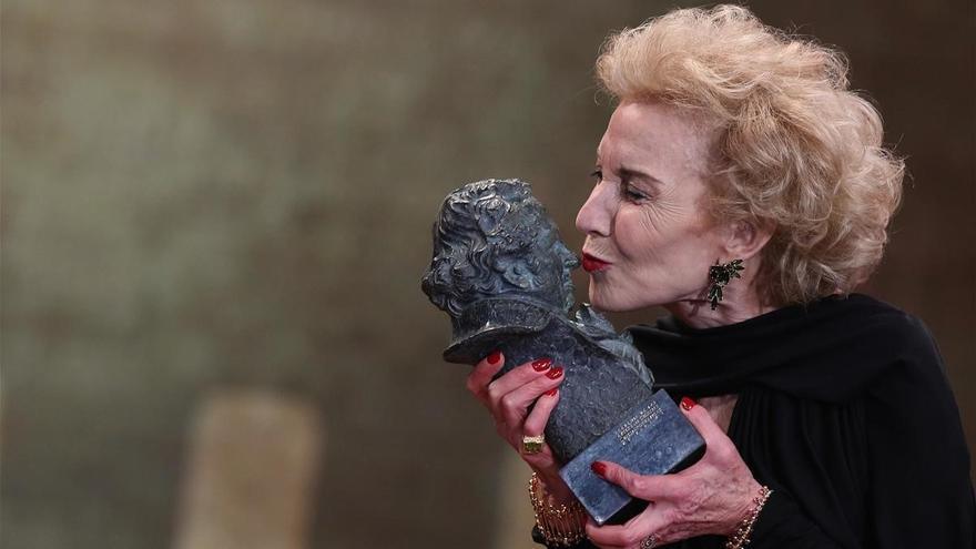 Marisa Paredes besa a su Goya de Honor 2018 minutos después de recogerlo