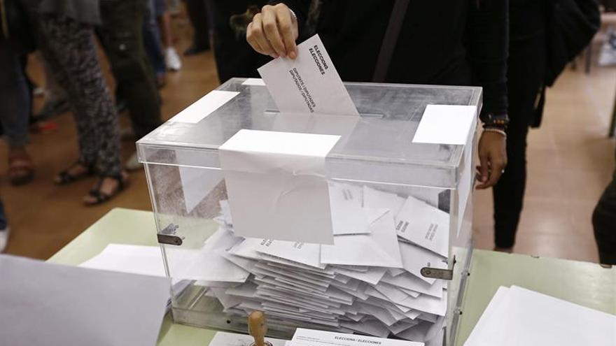 Imagen de una urna en un colegio electoral de Barcelona / EFE