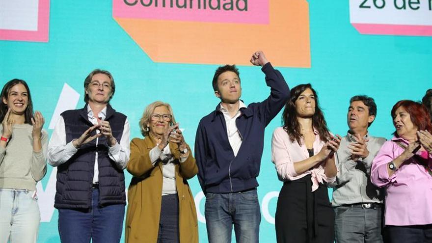 Carmena y Errejón, con otros candidatos de Más Madrid, en el acto central de campaña.