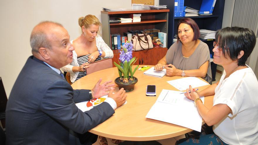 La consejera de Política Social y Accesibilidad del Cabildo de Gran Canaria, Elena Máñez, con el presidente de la Asociación de Familias para el Apoyo de Personas con Enfermedad Mental (Afaes), Andrés Mendoza